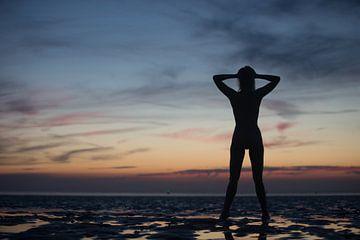 Künstlerische Akt Silhouette mit Sonnenuntergang im Wattenmeer von Arjan Groot