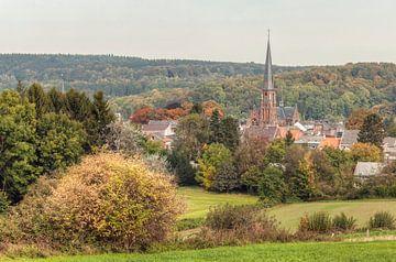De Sint Paulus Kerk in Vaals omringd door herfstkleuren van John Kreukniet