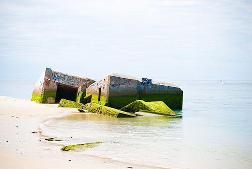 Oude bunker in de zee