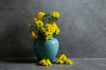 Stilleben mit gelben Blumen in einer Vase von Corinne Welp