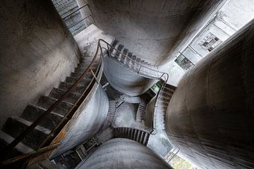 Escaliers en béton abandonnés. sur Roman Robroek