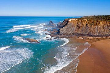Luchtfoto van het strand van Odeceixe in Alentejo Portugal van Nisangha Masselink