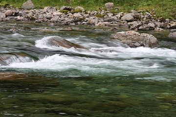 Stromend water in een rivier von Kim van der Lee