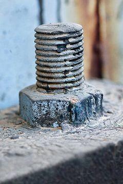 Close-up van een geweven blauwe geschilderde bout op een machine van Tony Vingerhoets