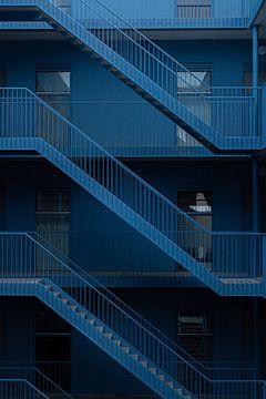 Mysteriöser hellblauer Innenhof von HappyTravelSpots