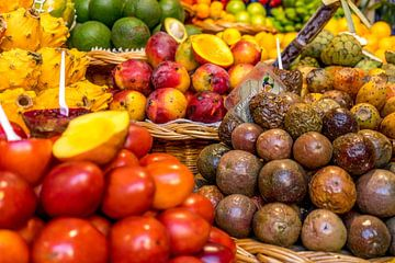 Vers fruit op een lokale markt op Madeira van Reis Genie