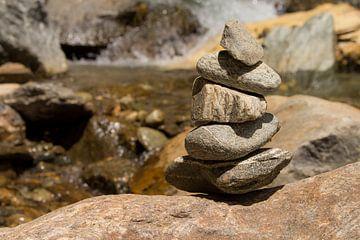 Steine am Fluss van Conny Krakowski