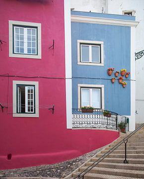 Farbige Hauswände in der Alfama, Lissabon, Portugal