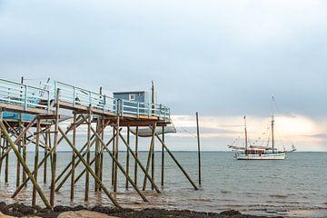 Fischerhaus mit Fischerboot von Jarno Dorst