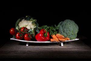 Stilleven, groenten op een fruitschaal.