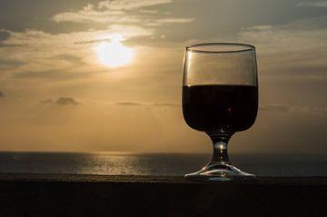 Close up van wijnglas tegen een romantische zonsondergang