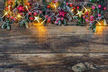 Kerstversiering met ornamenten, sparrentakken, rode bessen van Alex Winter