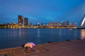 De skyline van Rotterdam 's nachts van Richard Steenvoorden