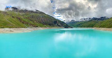 Turquoise meer Lac de Moiry in de Zwitserse alpen van Dennis van de Water