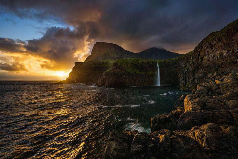 Mulafossur colorful sunset van Wojciech Kruczynski