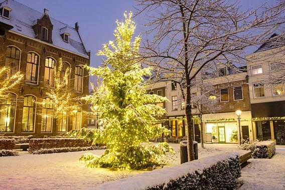 Kerst op de Nieuwe Markt in Zwolle met sneeuw, lichtjes en een kerstboom van Sjoerd van der Wal