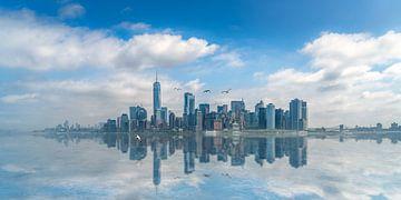 Spiegelende skyline van New York van Toon van den Einde