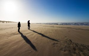 Winderige schaduwen op het strand van