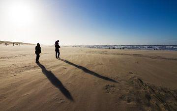 Winderige schaduwen op het strand von Dennis van de Water
