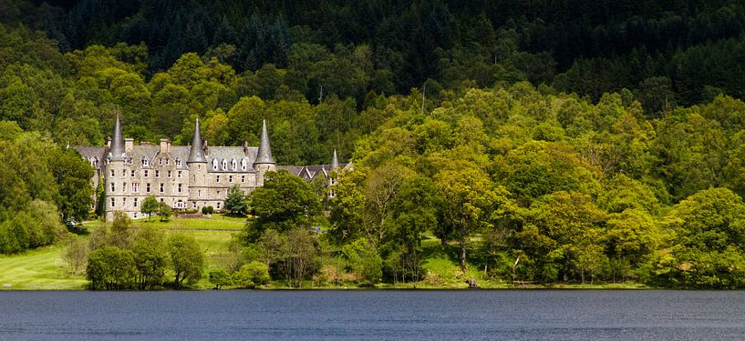 Tigh Mor Landhuis aan de oever van Loch Achray, Schotland van Johan Zwarthoed