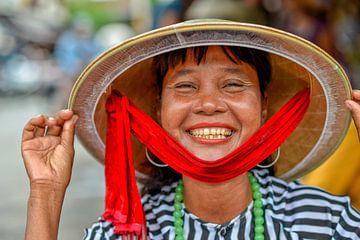 Vrolijke Vietnamese vrouw met een strohoed van Richard van der Woude