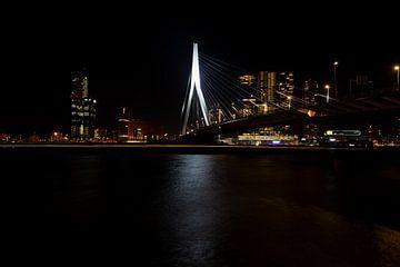 Erasmusbrug met de skyline van Rotterdam bij nacht.