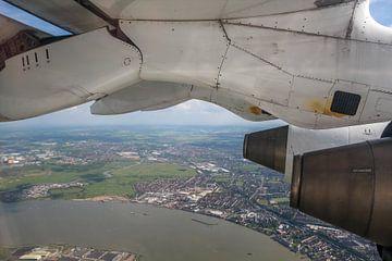 CityJet  boven  'De Thames in Londen' van Tineke Roosen