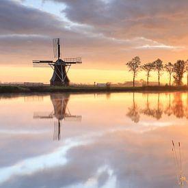 Moulin à vent néerlandais au beau lever du soleil, Pays-Bas sur Olha Rohulya