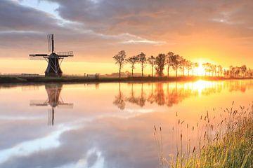 Niederländische Windmühle bei wunderschönem Sonnenaufgang, die Niederlande von Olha Rohulya