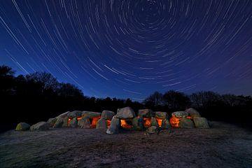 Rayures étoile au-dessus dolmen sur