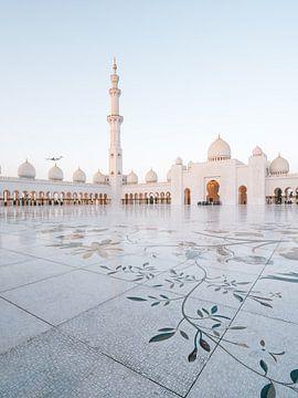 Scheich Zayed-Moschee (Abu Dhabi) mit Flugzeug im Hintergrund am Abend
