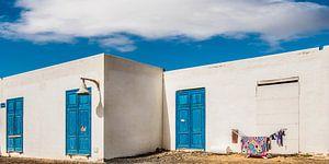 De was hangt te drogen voor een wit huis op La Graciosa, Lanzarote.
