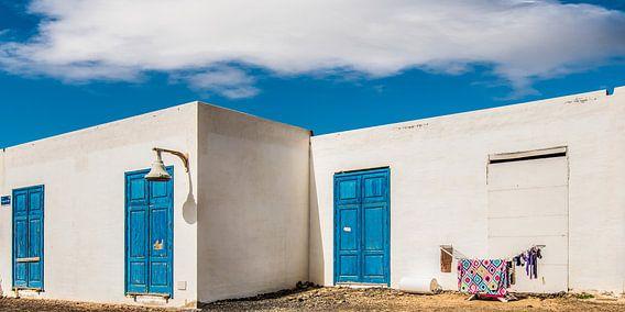 De was hangt te drogen voor een wit huis op La Graciosa, Lanzarote. van Harrie Muis