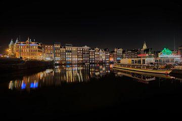 Amsterdam beleuchtet mit Boot und Reflexion in der Nacht von iPics Photography