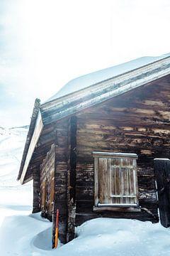Ingesneeuwde berghut in Zwitserland von Edzard Boonen