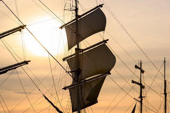 Oud zeilschip bij de rivier IJssel tijdens het 2018 Sail  Kampen