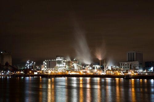 Industrie in de donkere haven van