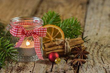 Advent en Kerstmis kaars lantaarn met natuurlijke decoratie op houten tafel van Alex Winter