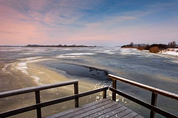 Houten steiger aan bevroren Lauwersmeer van Peter Bolman