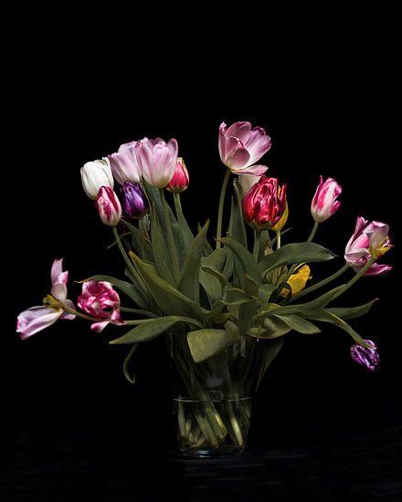 Een boeket uitgebloeide tulpen