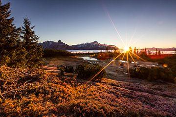 Gouden zonsopgang in de bergen II van Coen Weesjes