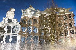 Spiegeling van grachtenpanden in Amsterdam