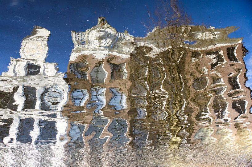 Spiegeling van grachtenpanden in Amsterdam van Ron Poot