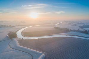 Winterse Zonsopkomst boven het Reitdiep van dron inger