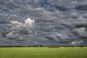 Friesische Landschaft bei Waaxens mit dunklem Wanderhimmel von Harrie Muis