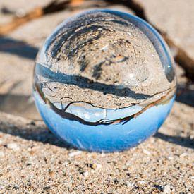 vuurtoren van hellevoetsluis in een glazen bol van CW fotografie