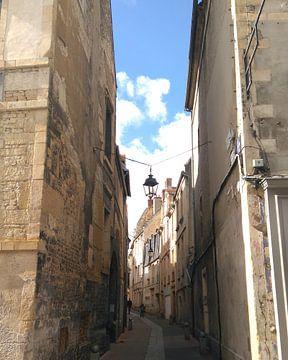 Klein oud zijstraatje (rue Vauquelin) in Caen, Frankrijk van Deborah Blanc