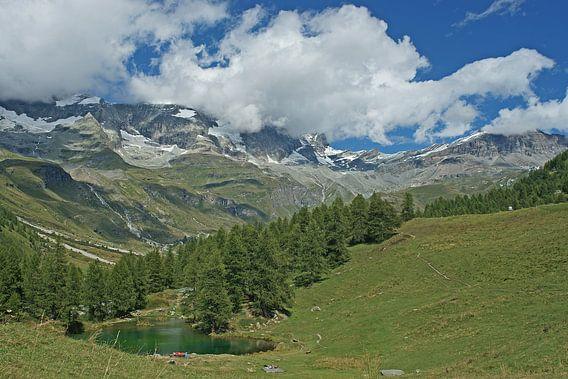 Wijds panorama met Lake Blue op de voorgrond en het Matterhorn massief erachter.