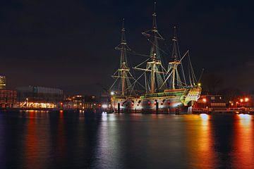 VOC schip in de haven van Amsterdam Nederland bij nacht sur Nisangha Masselink