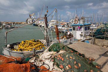 Vissersboot in de haven van oude stad Jaffa, Tel-Aviv, Israel van Joost Adriaanse